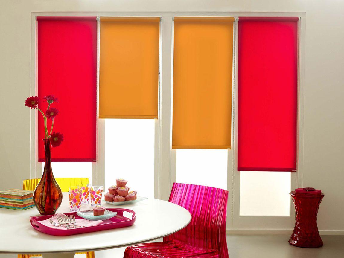 Разноцветные рулонные шторы в стиле поп-арт для гостиной