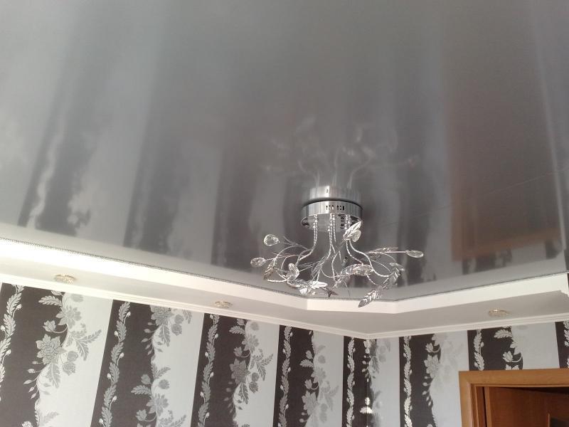 Металлический натяжной потолок в гостиной