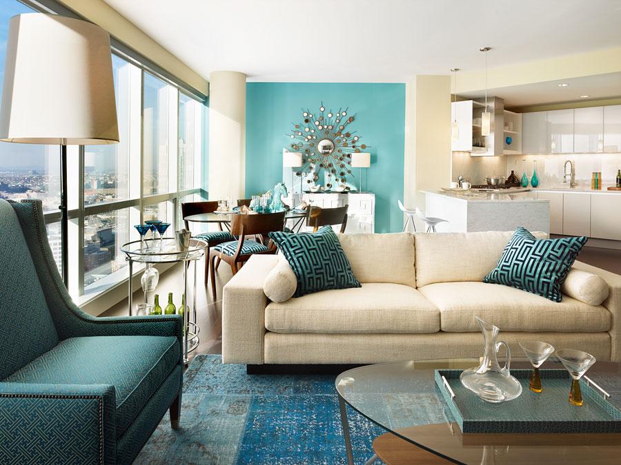 Интерьере гостиной в светлых тонах с бирюзовыми акцентами