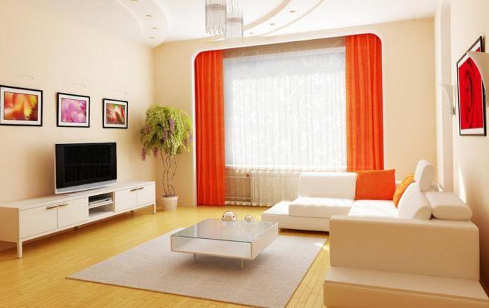 Яркие акценты цветовой гаммы в светлой гостиной на шторах и картинах