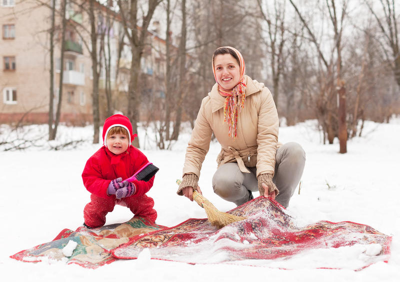Чистка ковра на снегу