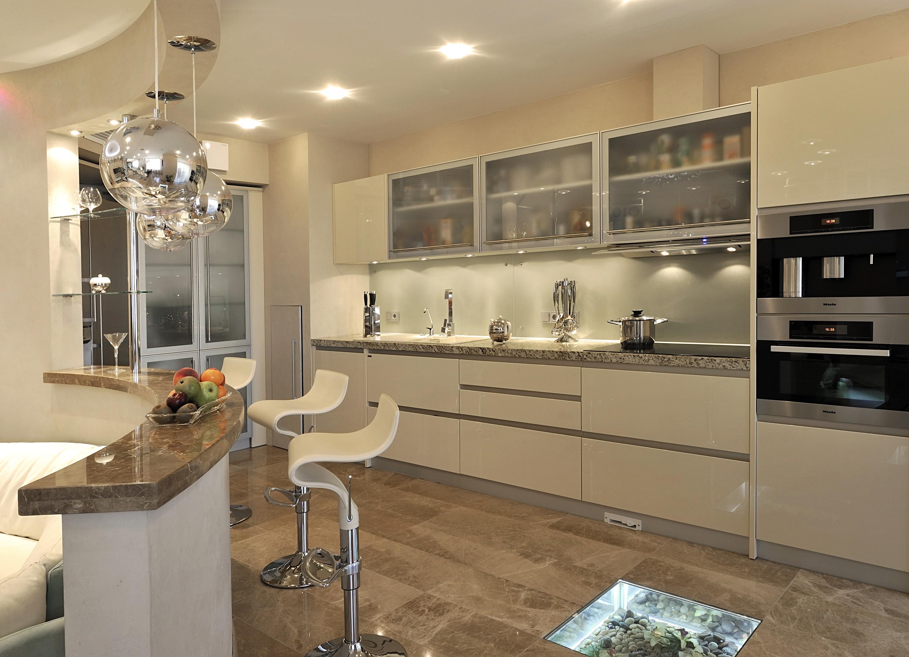 Зонирование кухни - гостиной перегородкой в виде барной стойки