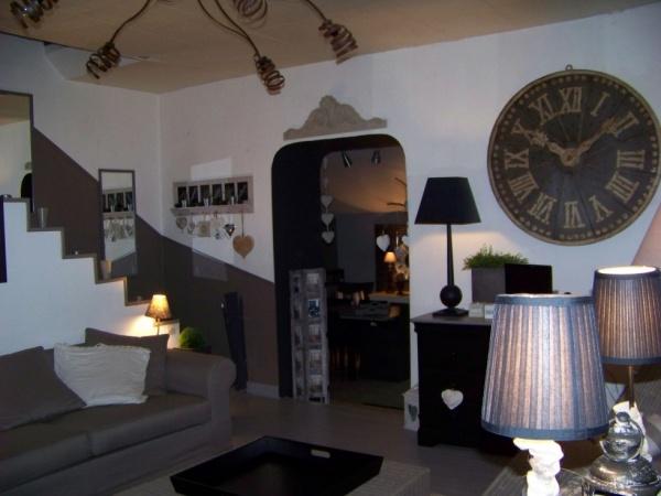 Оригинальные деревянные круглые настенные часы в гостиной