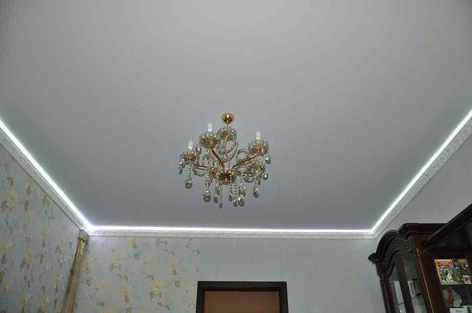 Матовый натяжной потолок для гостиной