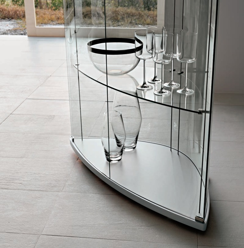 Необычная стеклянная витрина для гостиной