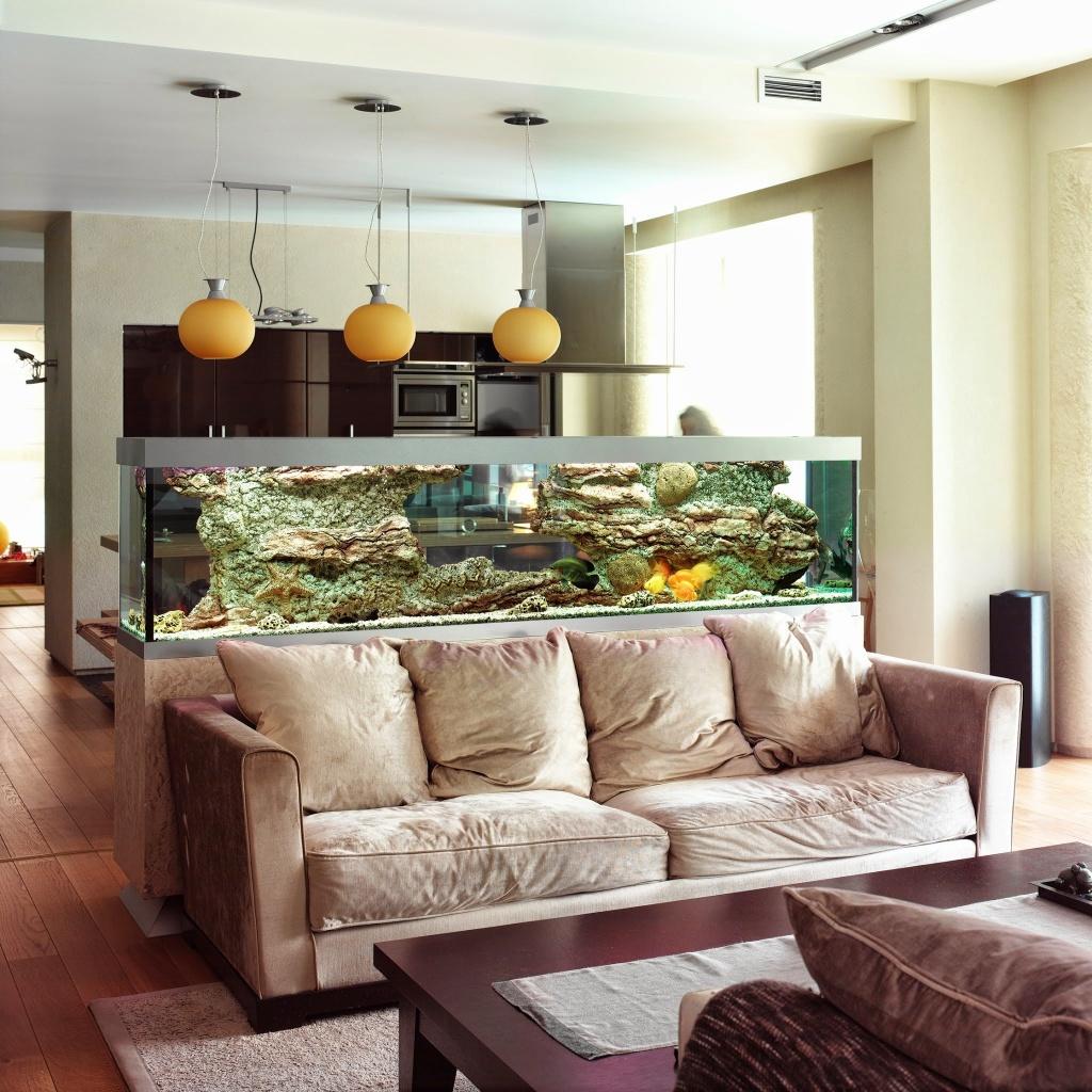 Разделение кухни и гостиной с помощью аквариума