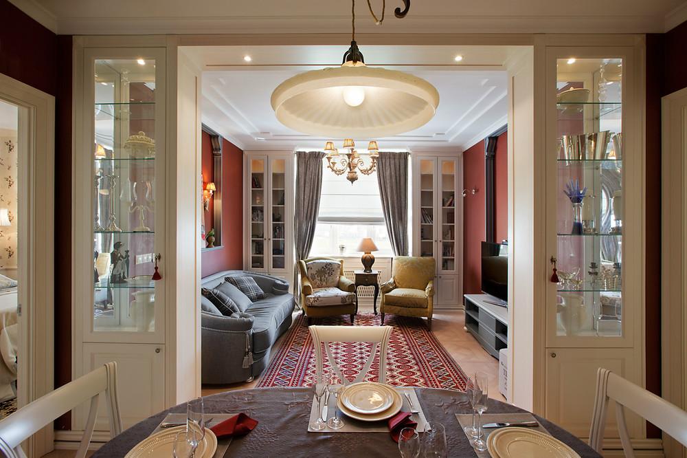 Витрины для посуды как элемент арки между комнатами