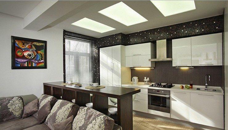 Разделение кухни и гостиной с помощью деревянной барной стойки