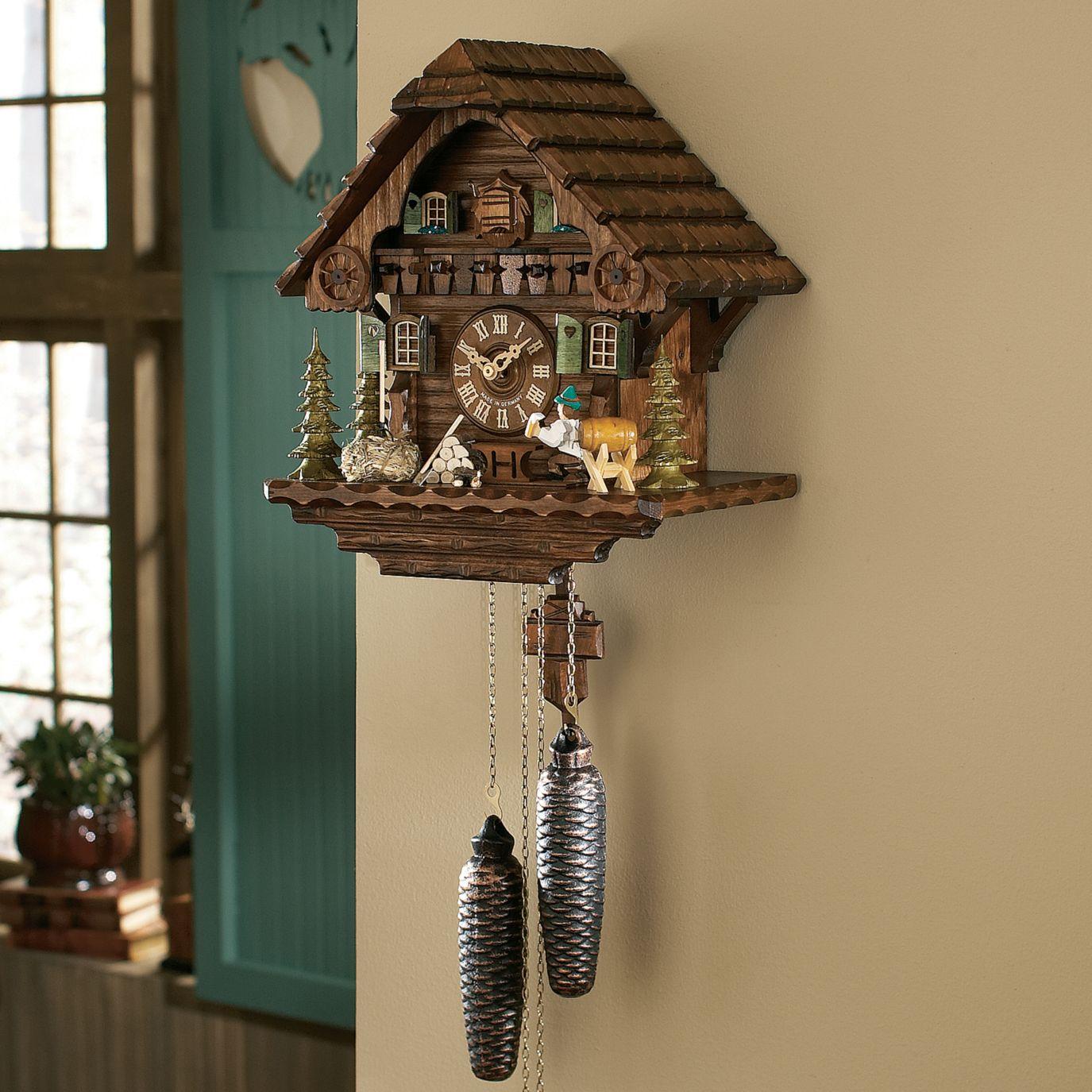 Настенные часы с кукушкой в гостиной