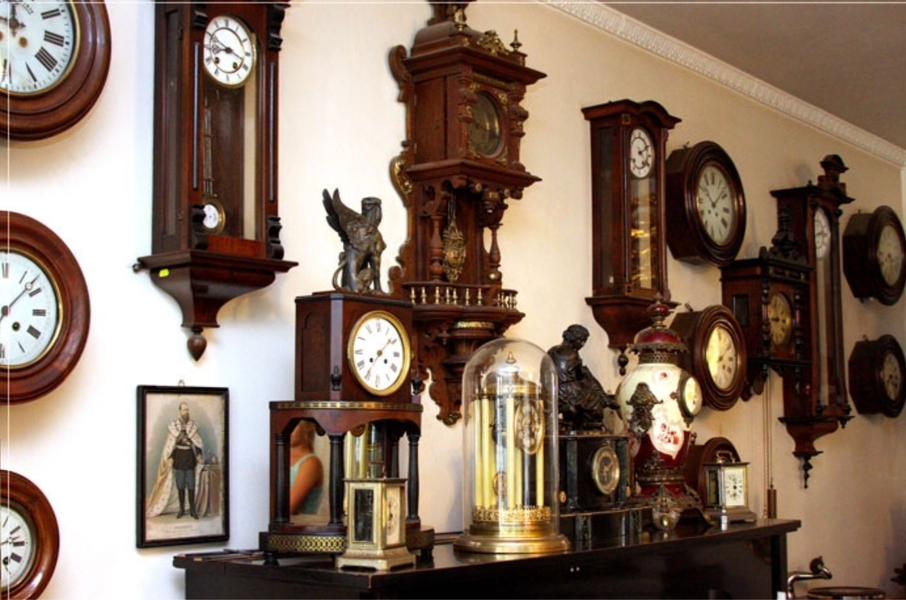Английские часы в гостиной