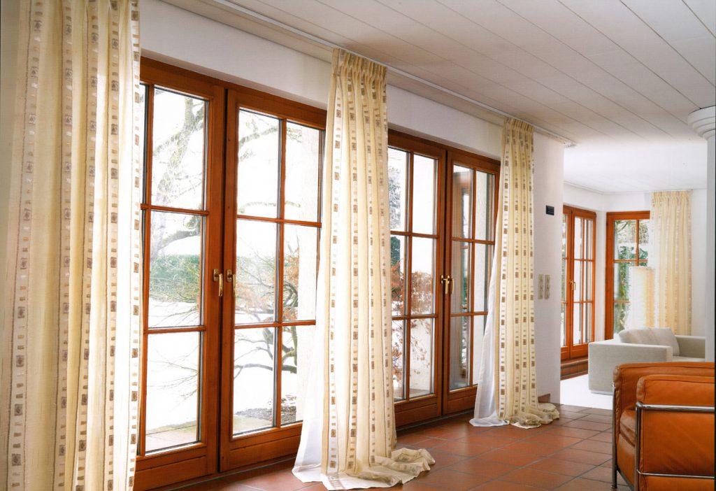 Классические шторы простой формы в современной гостиной