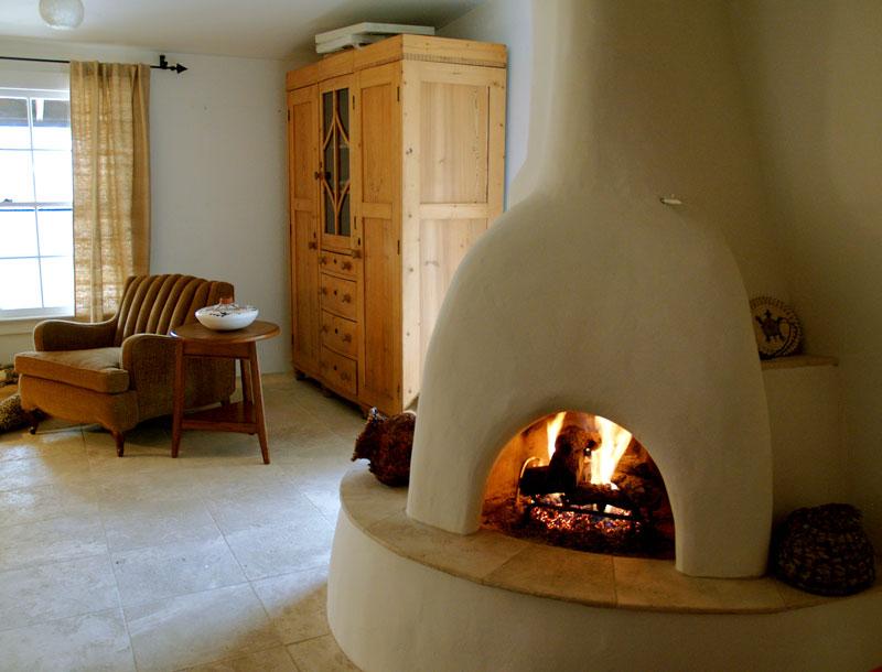 Этно камин в интерьере гостиной