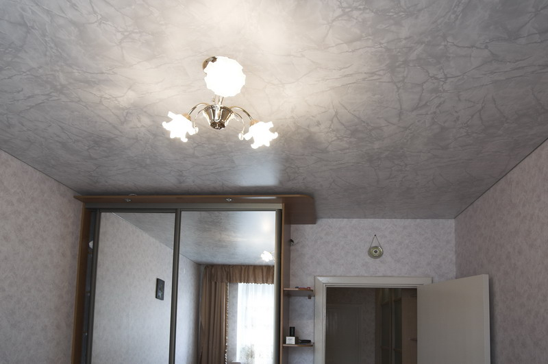 Мраморный натяжной потолок в гостиной
