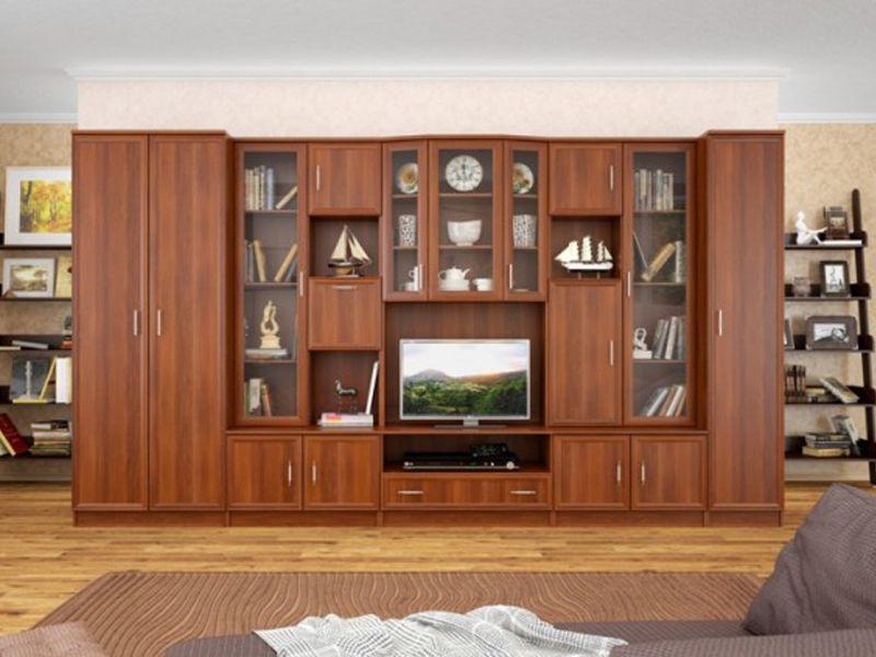 Стенка в гостиной со шкафом для одежды из массива дерева