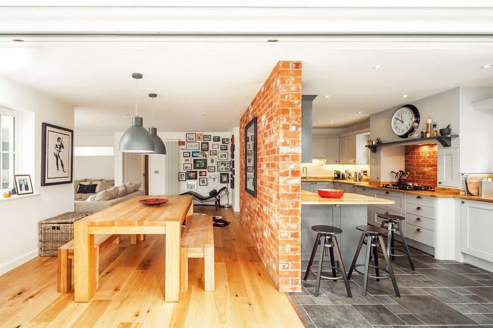 Кирпичная перегородка между кухней и гостиной