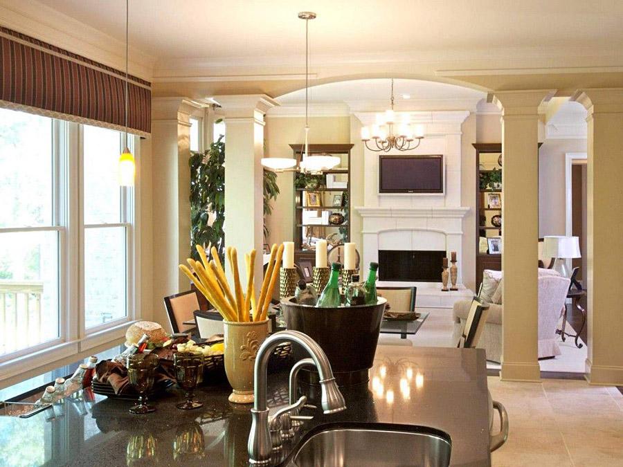 Зонирование гостиной, совмещенной с кухней, при помощи колонн