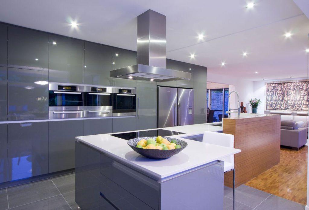 Точечное освещение на кухне, совмещенной с гостиной, в современном стиле
