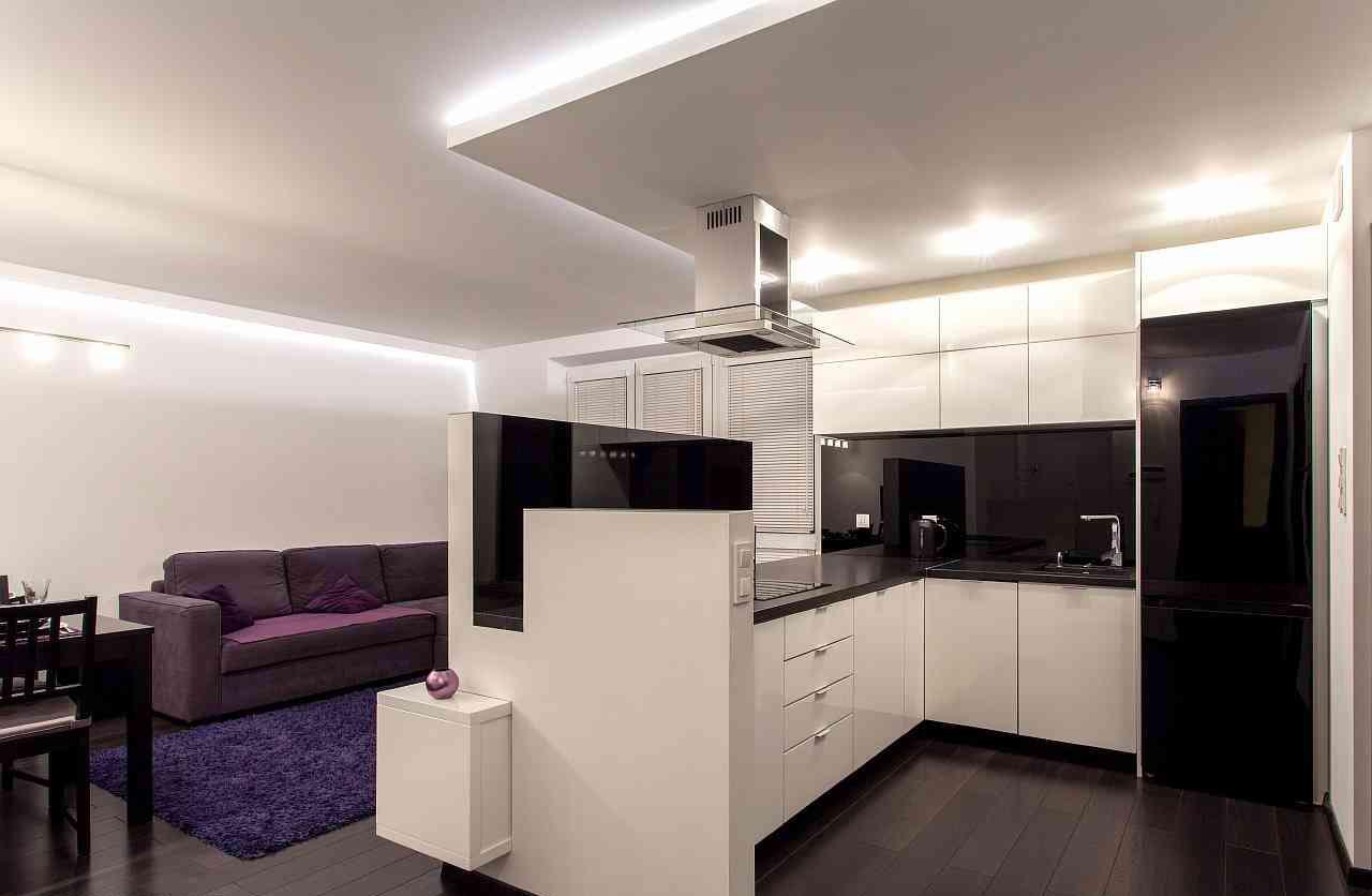 Зонирование кухни и гостиной с помощью гарнитура