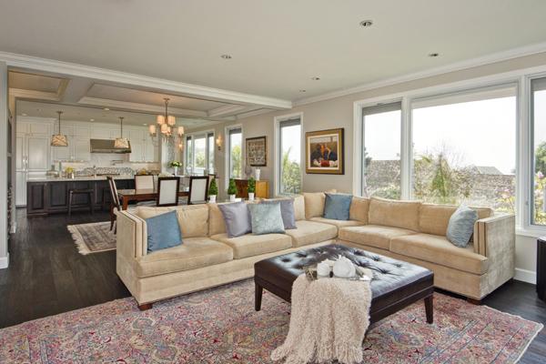 Зонирование кухни и гостиной при помощи дивана