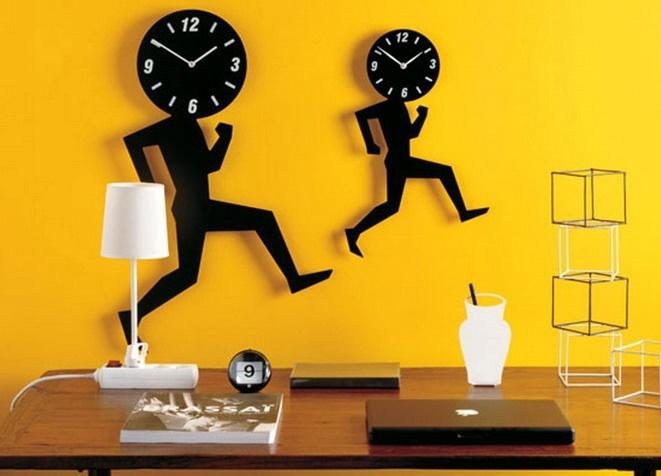 Оригинальные настенные часы в виде шагающих людей