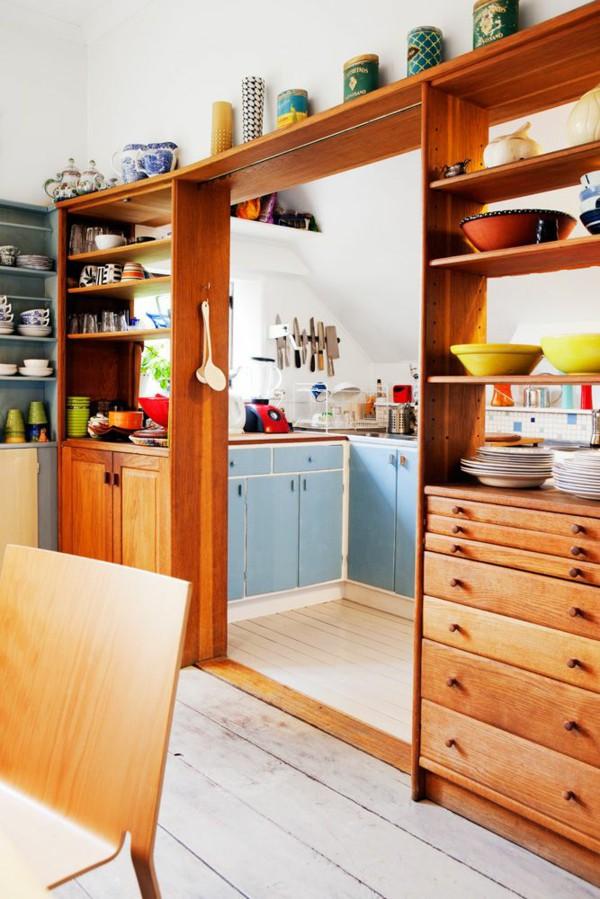 Кухонный стеллаж как перегородка между кухней и гостиной