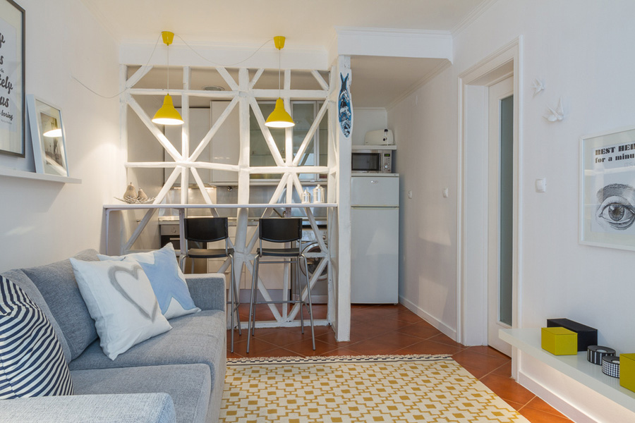 Перергодка с барной стойкой между кухней и гостиной