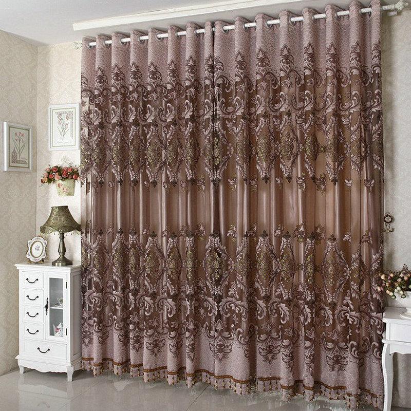 Плотные шторы в гостиной
