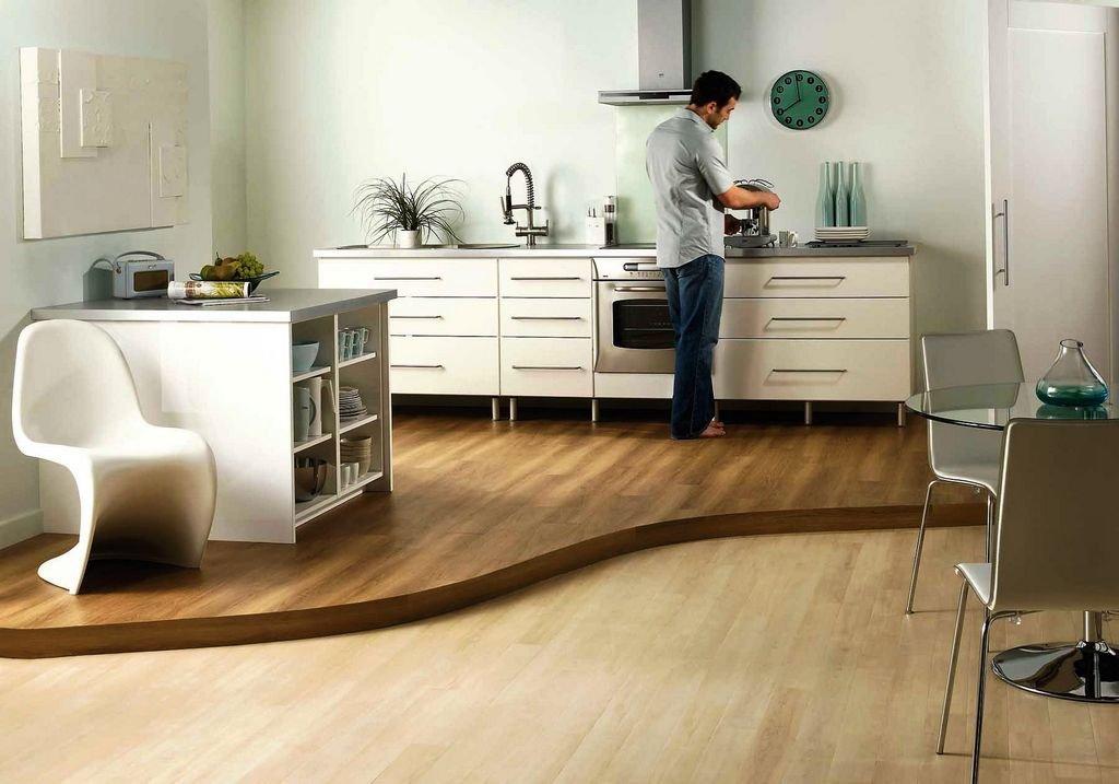 Выделение зоны кухни, совмещенной с гостиной, при помощи пола