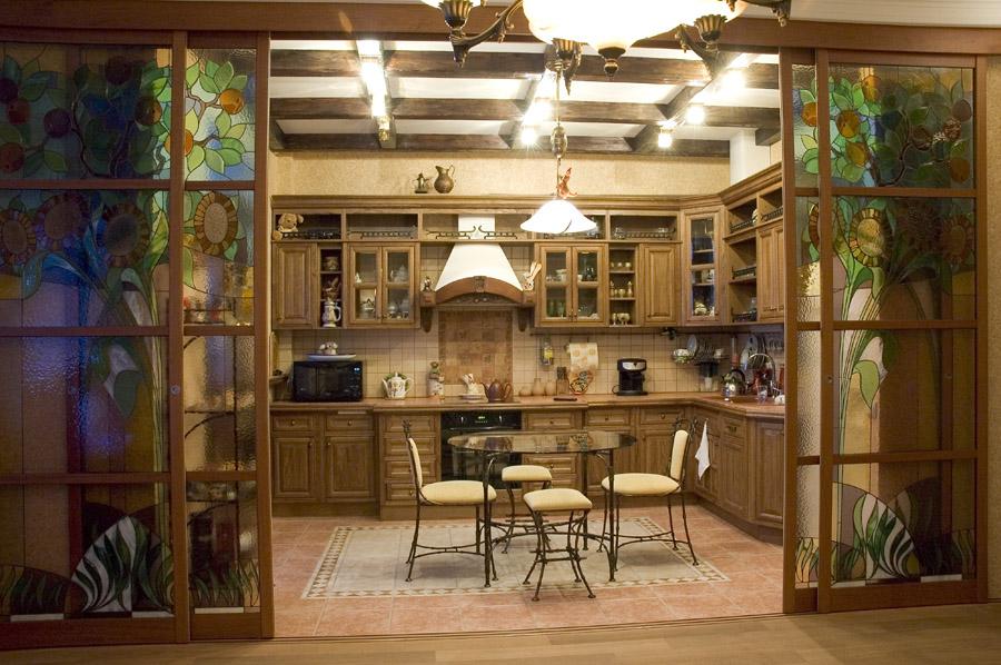 Зонирование пространства кухни и гостиной с раздвигающейся перегородкой