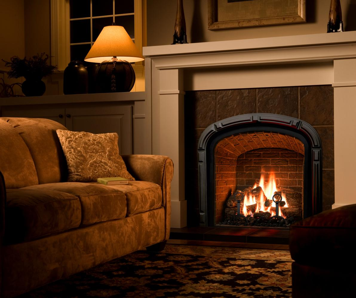 Камин с открытым огнем в гостиной