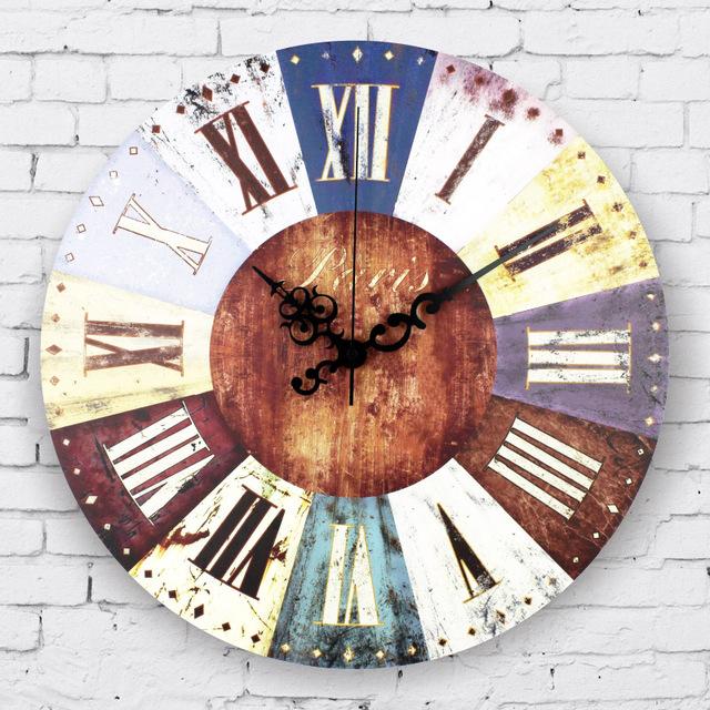Оригинальные часы в гостиной с римскими цифрами
