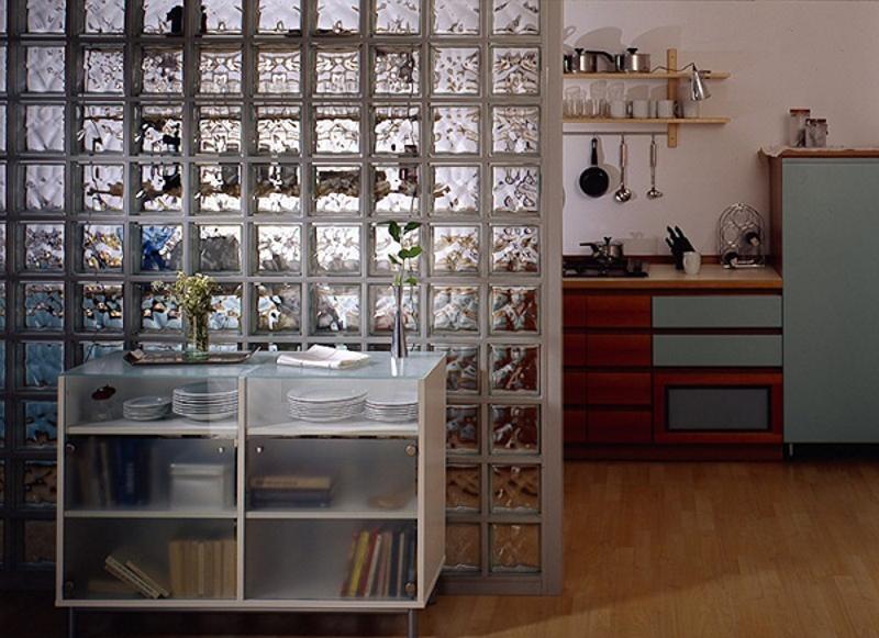 Перегородка со стеклоблоками между кухней и гостиной