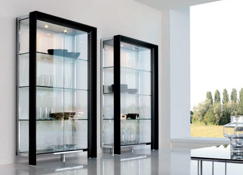 Стеклянные витрины для гостиной