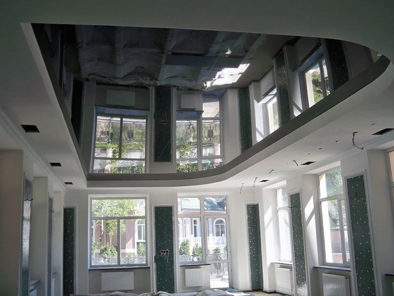 Зеркальный натяжной потолок в гостиной
