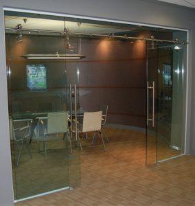 stekljannye-razdvignye-dveri