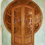 dveri iz naturalnogo dereva yasenya preimushhestva