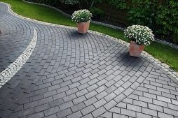 moshhenie-trotuarnoj-plitkoj-naturalnym-kamnem