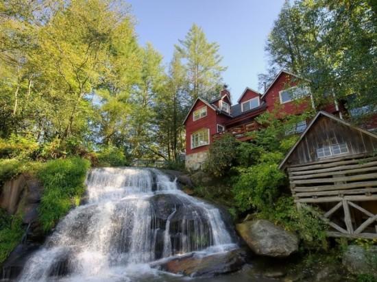 razbavit-interer-doma-vodopadom