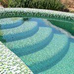 steklyannaya mozaika dlya oblicovki bassejna