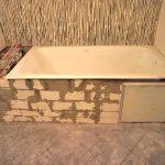 Установка ванны на кирпичи: надежный вариант